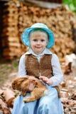 Blondes Mädchen im Hut, der ein Kaninchen hält Stockbild