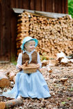 Blondes Mädchen im Hut, der ein Kaninchen hält Lizenzfreie Stockfotografie