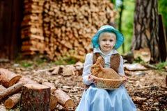 Blondes Mädchen im Hut, der ein Kaninchen hält Stockbilder