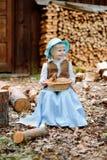 Blondes Mädchen im Hut, der ein Kaninchen hält Stockfotos