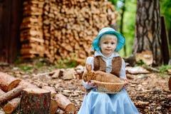 Blondes Mädchen im Hut, der ein Kaninchen hält Lizenzfreies Stockbild
