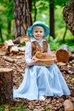 Blondes Mädchen im Hut, der ein Kaninchen hält Stockfotografie