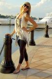 Blondes Mädchen im Jachthafen Lizenzfreie Stockbilder