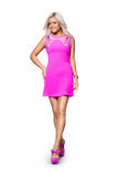 Blondes Mädchen im kurzen rosa Kleid und in den hohen Absätzen Lizenzfreies Stockfoto