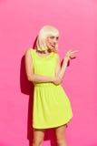 Blondes Mädchen im lindgrünem Kleiderzeigen Lizenzfreie Stockfotografie