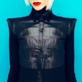 Blondes Mädchen im modernen schwarzen Hemd Lizenzfreie Stockbilder