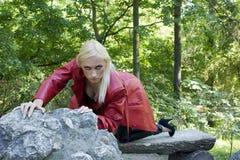 Blondes Mädchen im Park Stockbilder