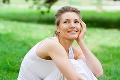 Blondes Mädchen im Park, der Yoga tut Lizenzfreies Stockbild