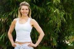 Blondes Mädchen im Park, der Yoga tut Stockbilder