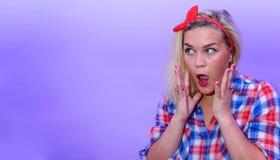 Blondes Mädchen im Retro- Modeartschauen überraschte zum linken leeren Raum Stockfotografie