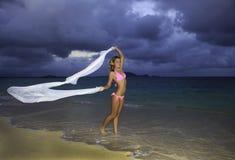 Blondes Mädchen im rosafarbenen Bikini und im Chiffon Stockbild