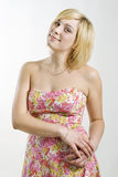 Blondes Mädchen im rosafarbenen Kleid Stockfoto