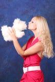 Blondes Mädchen im rosafarbenen Kleid mit Hund Lizenzfreies Stockbild