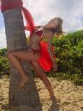Blondes Mädchen im roten Bikini in Hawaii Lizenzfreie Stockfotografie