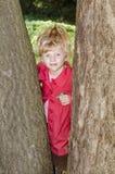 Blondes Mädchen im roten Mantel Stockfoto