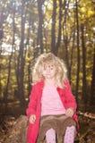 Blondes Mädchen im roten Mantel Stockfotos
