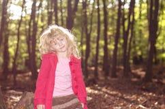 Blondes Mädchen im roten Mantel Lizenzfreie Stockfotografie
