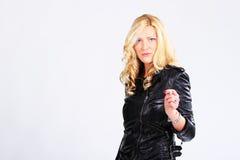 Blondes Mädchen im schwarzen Leder Stockfoto