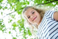 Blondes Mädchen im Sommer Stockfotos