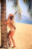 blondes Mädchen im Spitzenoten-Palmenwind hebt langes Haar aufwärts an Lizenzfreie Stockbilder