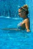 Blondes Mädchen im Swimmingpool Lizenzfreies Stockfoto