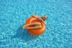 Blondes Mädchen im Swimmingpool Stockfoto