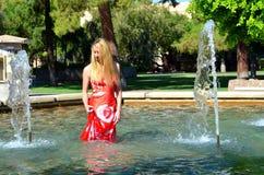 Blondes Mädchen im Wasser Lizenzfreie Stockbilder