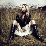 Blondes Mädchen im Weizen Stockbild