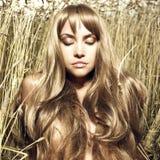 Blondes Mädchen im Weizen Stockfotos