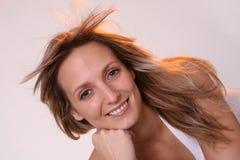 Blondes Mädchen im windigen Bereich lizenzfreie stockbilder