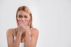 Blondes Mädchen ist über ihren Auftritt beschämt Lizenzfreie Stockfotos