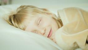 Blondes Mädchen 6 Jahre alte Schlaf in ihrem Bett stock footage