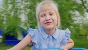Blondes Mädchen 6 Jahre, die auf einem drehenden Schwingen rollen Pov-Video stock video