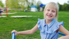 Blondes Mädchen 6 Jahre, die auf einem drehenden Schwingen rollen Pov-Video stock video footage