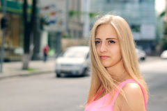 Blondes Mädchen läuft die Stadt durch Lizenzfreie Stockbilder