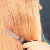Blondes Mädchen macht neues Haarbild Lizenzfreies Stockbild