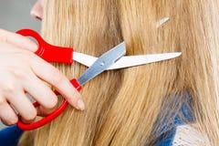 Blondes Mädchen macht neues Haarbild Lizenzfreies Stockfoto
