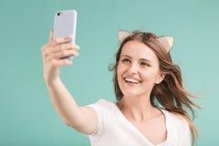 Blondes Mädchen macht Selfie Stockbild