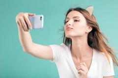 Blondes Mädchen macht Selfie Stockbilder