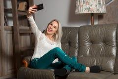 Blondes Mädchen macht selfie Lizenzfreies Stockbild