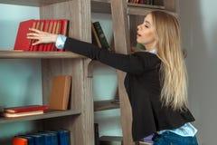 Blondes Mädchen mit Büchern Lizenzfreie Stockbilder