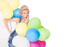 Blondes Mädchen mit Ballonen Stockfoto