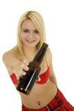 Blondes Mädchen mit Bier Lizenzfreie Stockfotografie