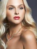 blondes Mädchen mit bilden und Schmuck Lizenzfreies Stockfoto
