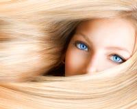 Blondes Mädchen mit blauen Augen Lizenzfreies Stockbild