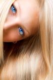 Blondes Mädchen mit blauen Augen Stockbild