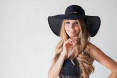 Blondes Mädchen mit blauen Augen ein Hut mit einem Rand auf einem weißen Hintergrund Lizenzfreie Stockfotografie