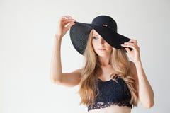 Blondes Mädchen mit blauen Augen ein Hut mit einem Rand auf einem weißen Hintergrund Stockbild