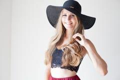 Blondes Mädchen mit blauen Augen ein Hut mit einem Rand auf einem weißen Hintergrund Stockfoto