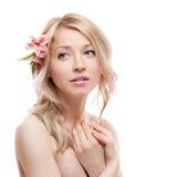 Blondes Mädchen mit Blume Stockbild
